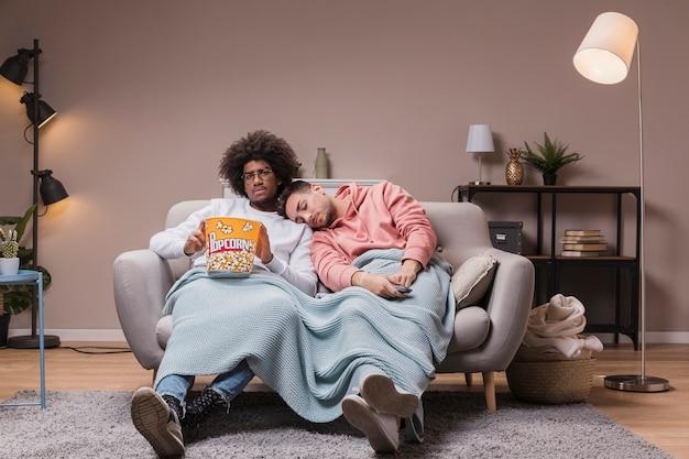 Amigos cine en casa con palomitas de maíz
