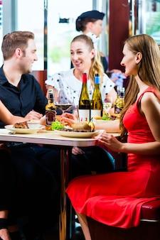 Amigos comiendo y bebiendo en comida rápida