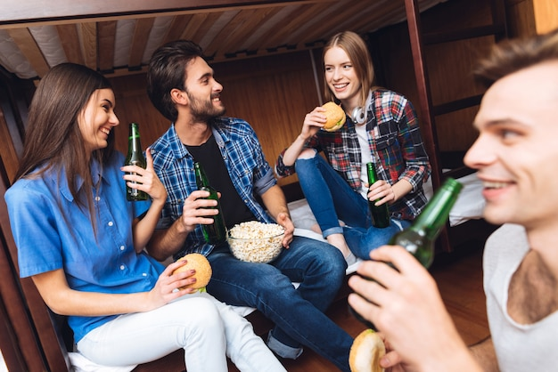 Amigos comiendo y bebiendo.