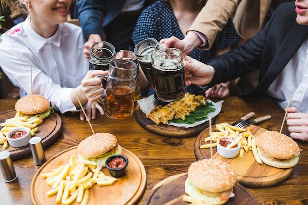 Amigos comiendo y conversando en restaurante