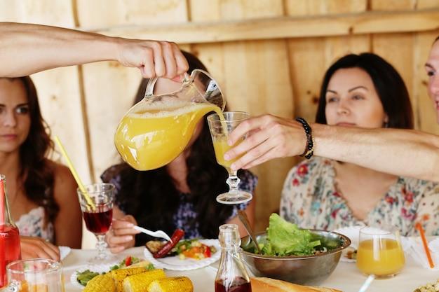 Amigos comiendo juntos en un restaurante