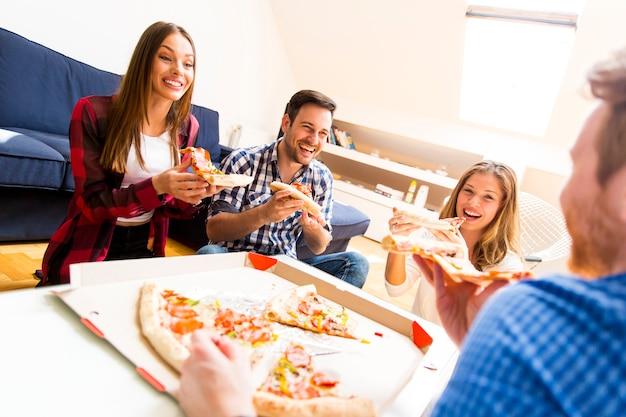 Amigos comiendo pizza