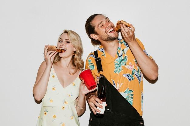 Amigos comiendo pizzas de pepperoni juntos