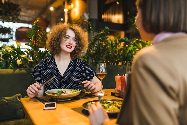 Amigos comiendo en restaurante