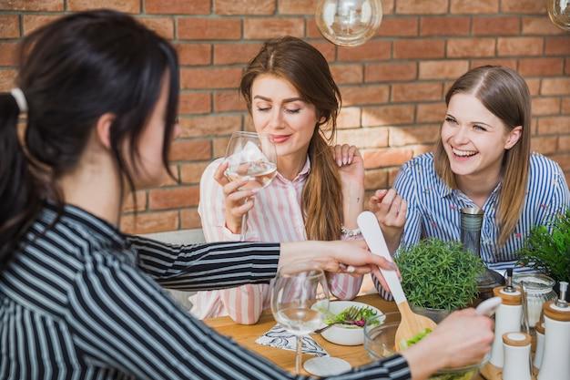 Amigos comiendo y riendo