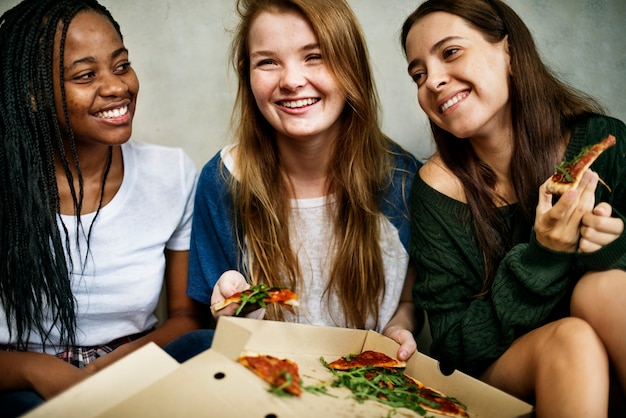 Amigos compartiendo una pizza