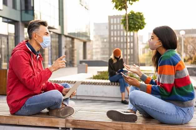 Amigos con concepto de distancia social