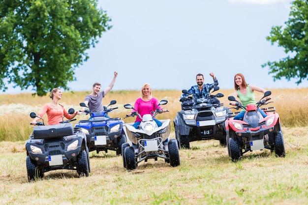 Amigos conduciendo fuera de la carretera con quad o atv