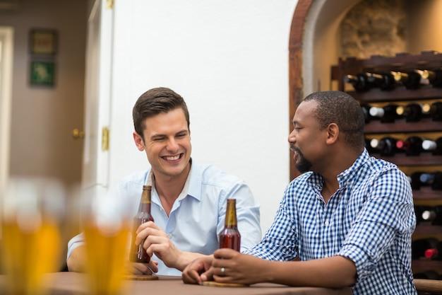 Amigos conversando mientras toman cerveza
