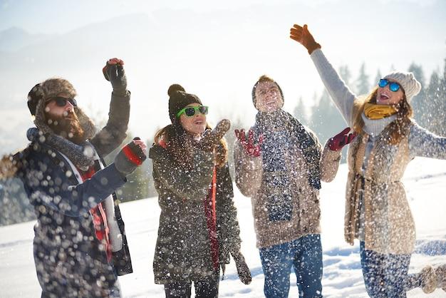 Amigos cubiertos de nieve fresca