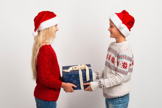 Amigos dando regalos de navidad