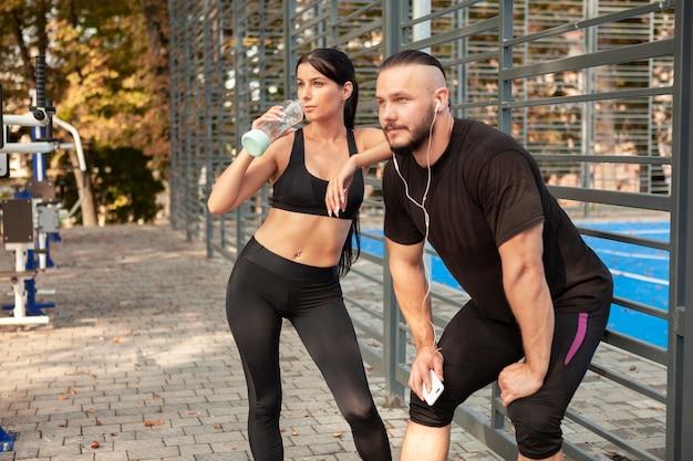 Amigos deportivos relajantes después del ejercicio