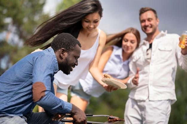 Amigos disfrutando de barbacoa al aire libre