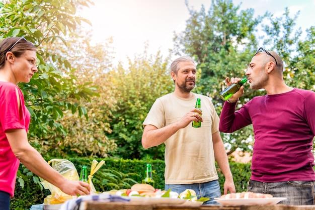 Amigos disfrutando de una bebida al aire libre