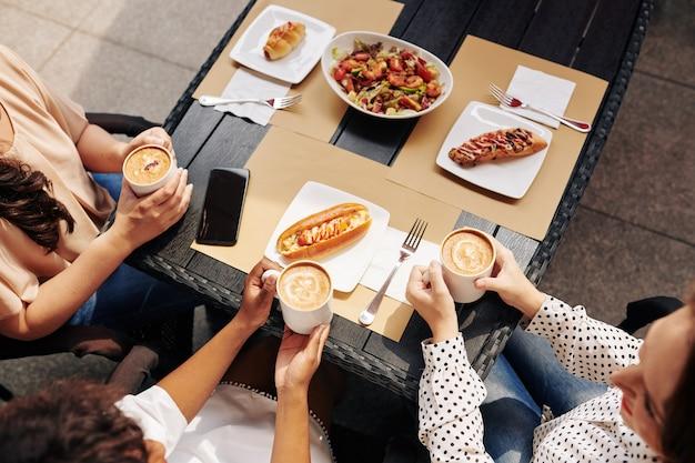 Amigos disfrutando de comida y conversación.