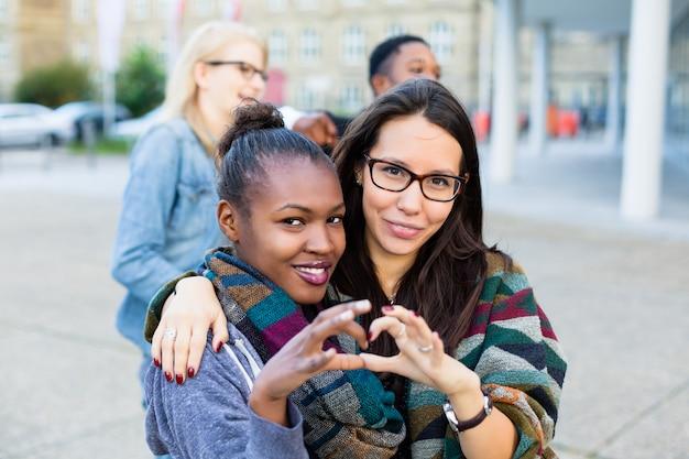 Amigos de la diversidad en la ciudad