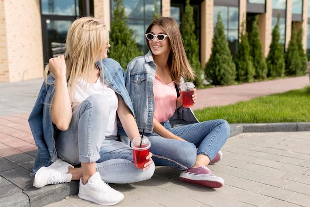 Amigos divirtiéndose al aire libre