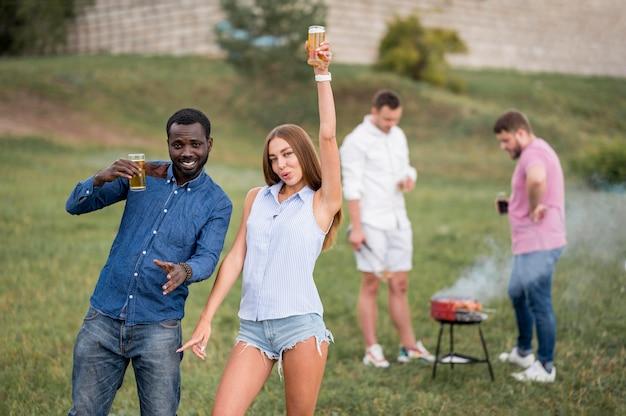 Amigos divirtiéndose en una barbacoa con cervezas