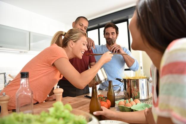 Amigos divirtiéndose cocinando juntos