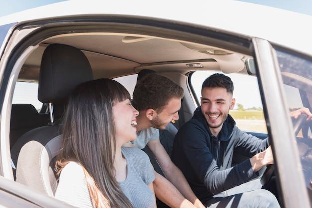 Amigos divirtiéndose dentro del coche
