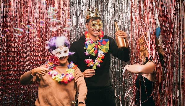 Amigos divirtiéndose en la fiesta de carnaval