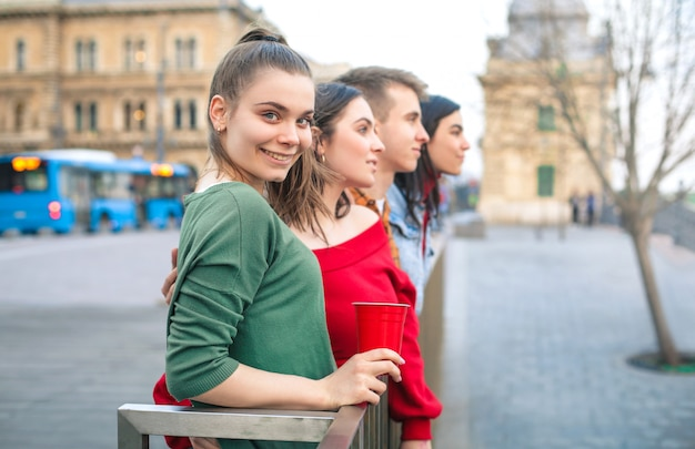 Amigos divirtiéndose en una gran ciudad