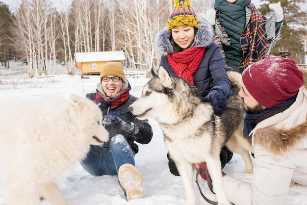 Amigos divirtiéndose en invierno