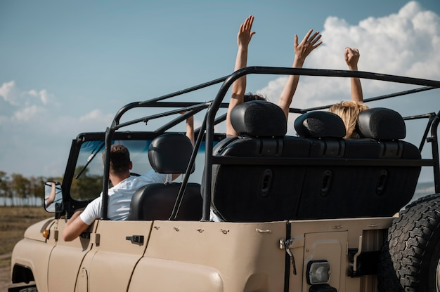 Amigos divirtiéndose juntos y viajando en coche.