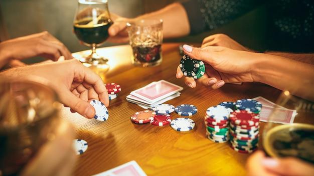 Amigos divirtiéndose mientras juegan juegos de mesa.