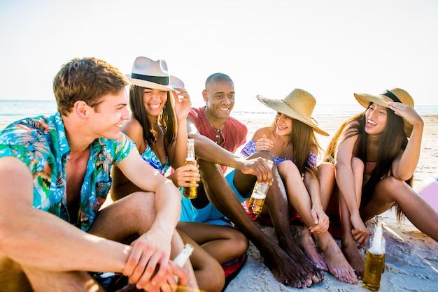 Amigos divirtiéndose en la playa