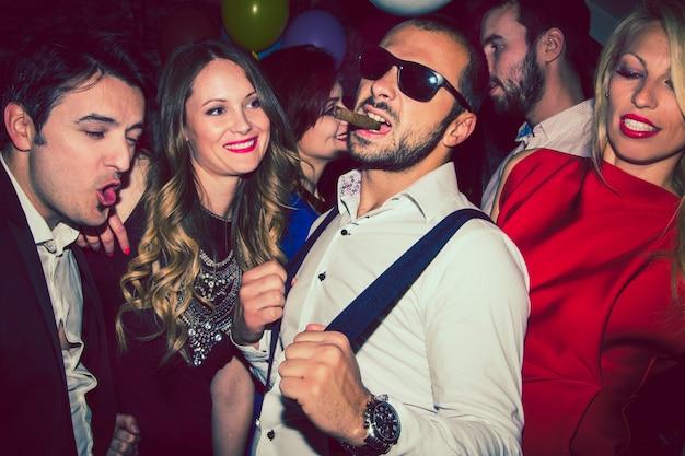 Amigos con estilo en el club nocturno