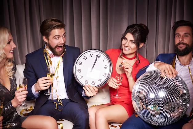 Amigos con estilo en una fiesta de año nuevo