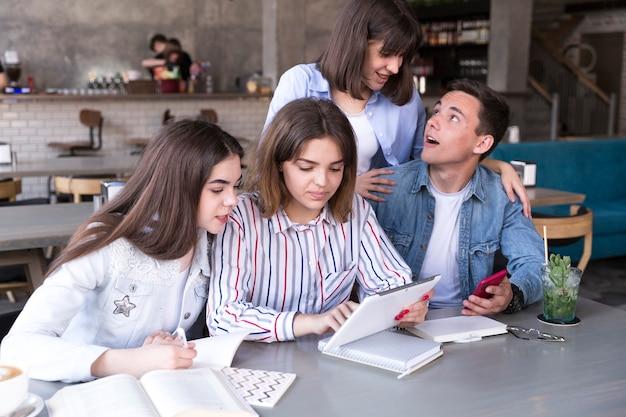Amigos estudiando en cafe juntos