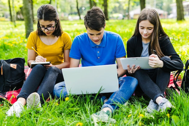 Amigos estudiando concentrados en el parque