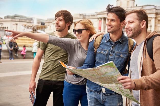 Amigos explorando la ciudad extranjera.