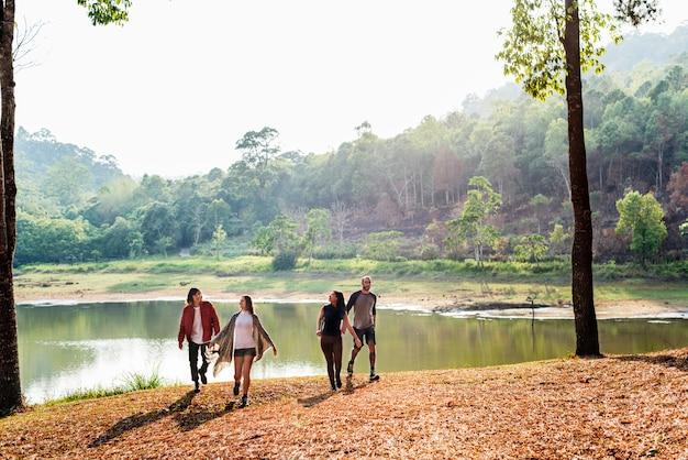 Amigos explorar la naturaleza concepto al aire libre