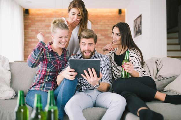 Amigos expresivos haciendo muecas para selfie teniendo fiesta