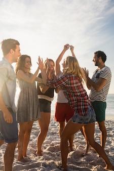 Amigos felices bailando juntos