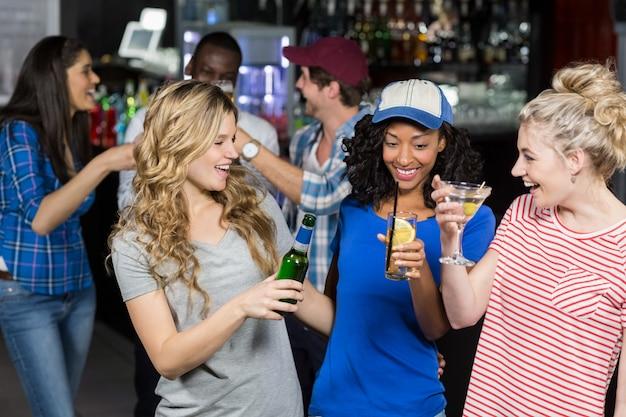 Amigos felices bebiendo cócteles