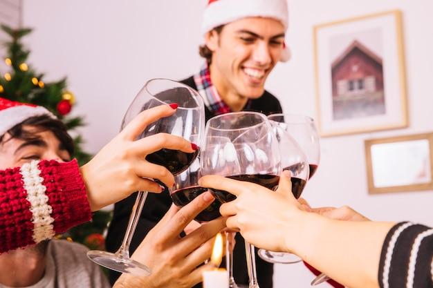 Amigos felices brindando en cena de navidad