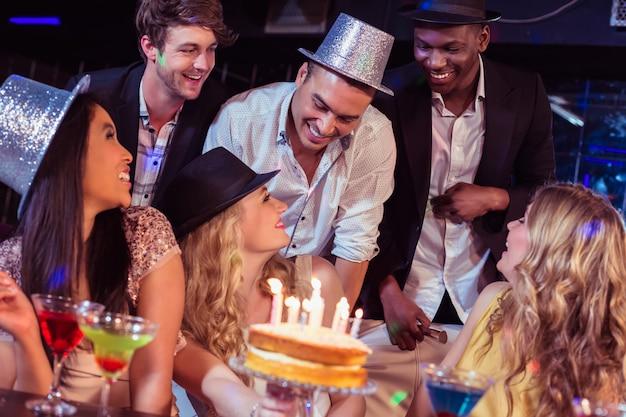 Amigos felices celebrando cumpleaños