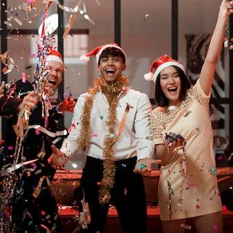 Amigos felices celebrando en la fiesta de fin de año