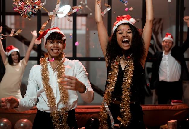 Amigos felices celebrando la víspera de año nuevo