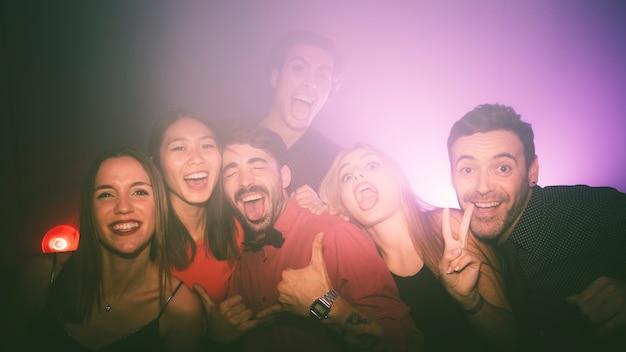 Amigos felices en club