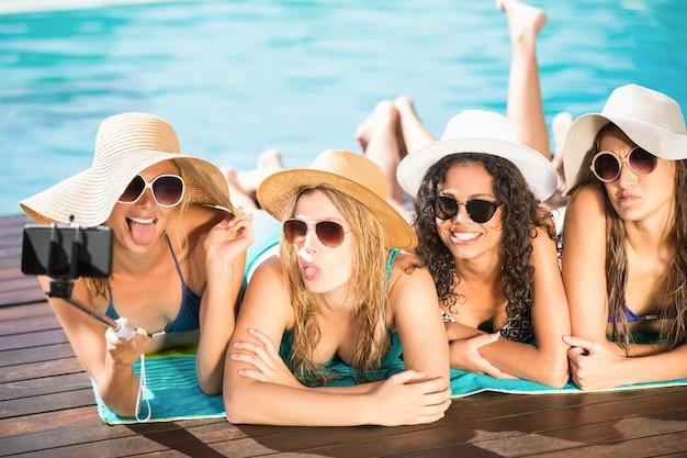 Amigos felices disfrutando en la piscina