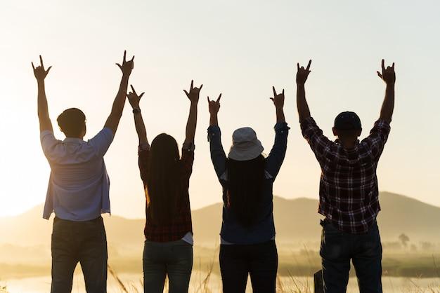 Amigos felices se divierten con los brazos levantados juntos, concepto de amistad.