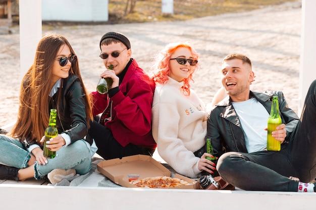 Amigos felices divirtiéndose juntos en una fiesta al aire libre