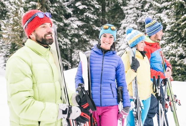 Amigos felices divirtiéndose en la nieve.