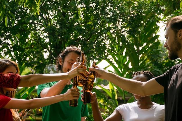 Amigos felices con fiesta de barbacoa en la naturaleza