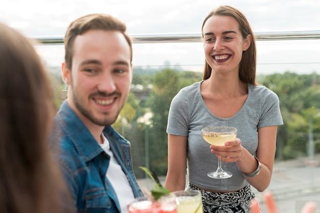 Amigos felices en una fiesta en la terraza